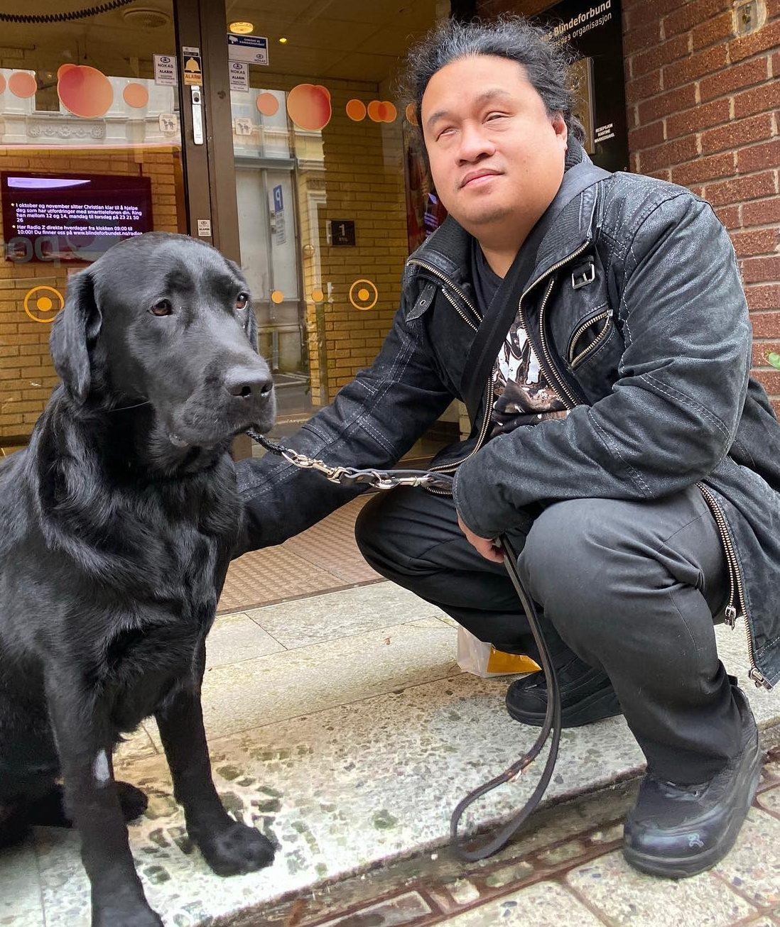 Bilde av David Hole, rådgiver i uu-teamet i NAV, og hans førerhund, Quincy.