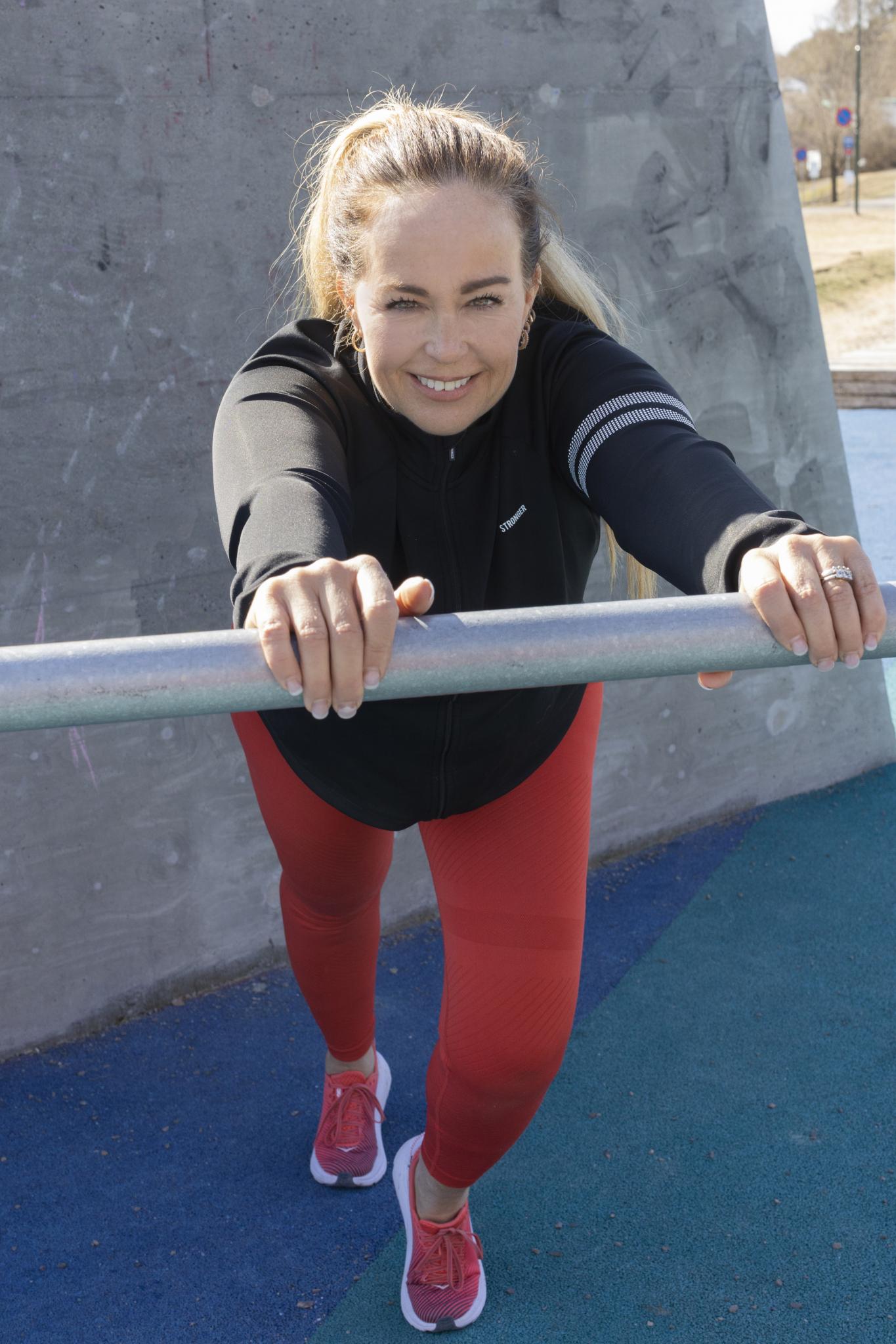 – Jeg er glad i å bevege meg og har trent mye yoga, men akkurat styrketrening var jeg ikke så glad i. Men det er jeg blitt nå! Nå definerer jeg meg selv som en sporty person, og det har gjort noe med selvtilliten min, sier Camilla Smith.