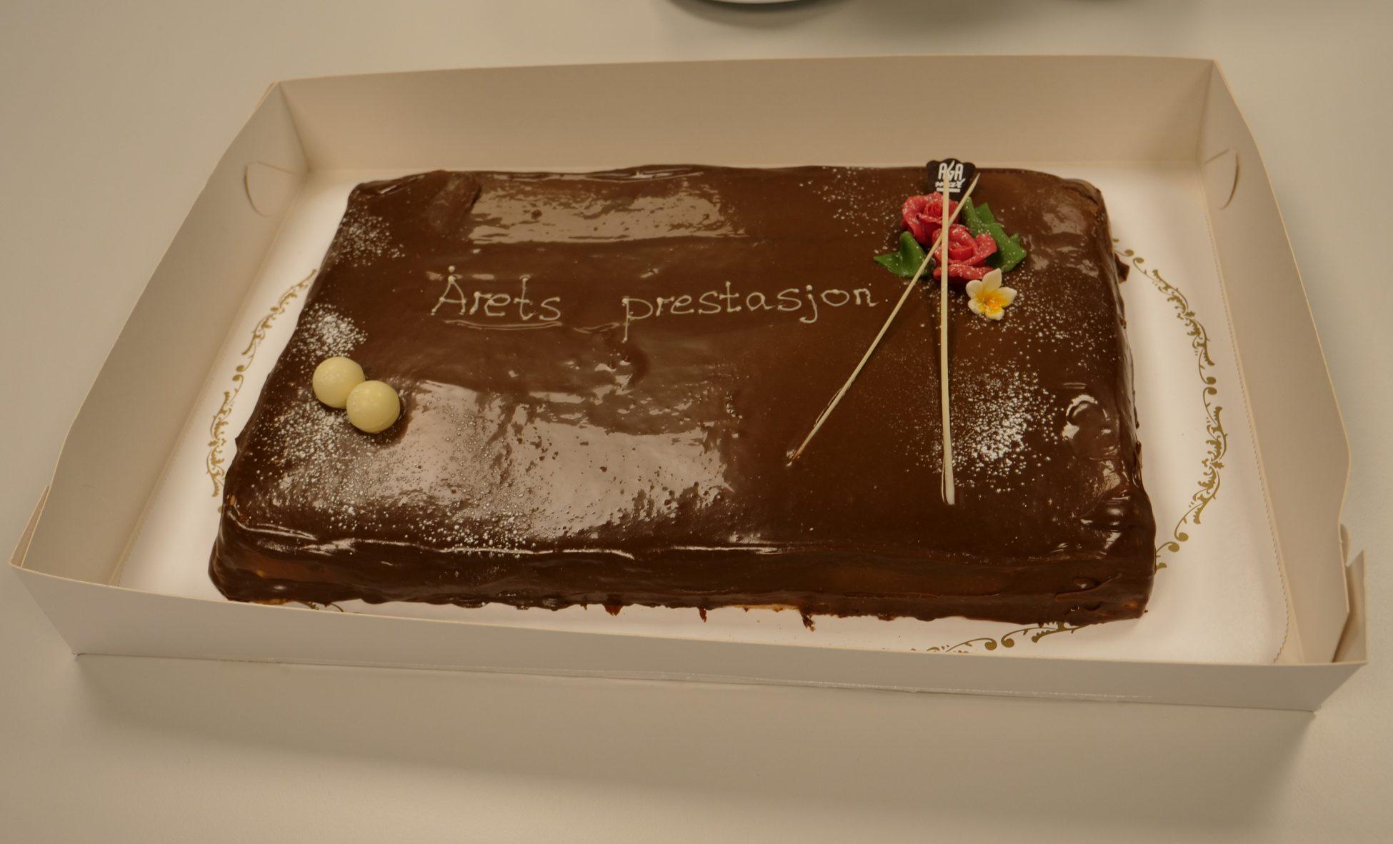 Prisen ble feiret med en kake