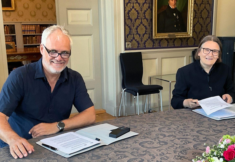 Kunnskapsdirektør i NAV, Yngvar Åsholt, og dekan ved Det juridiske fakultet ved UiO, Ragnhild Helene Hennum, signerte samarbeidsavtalen.