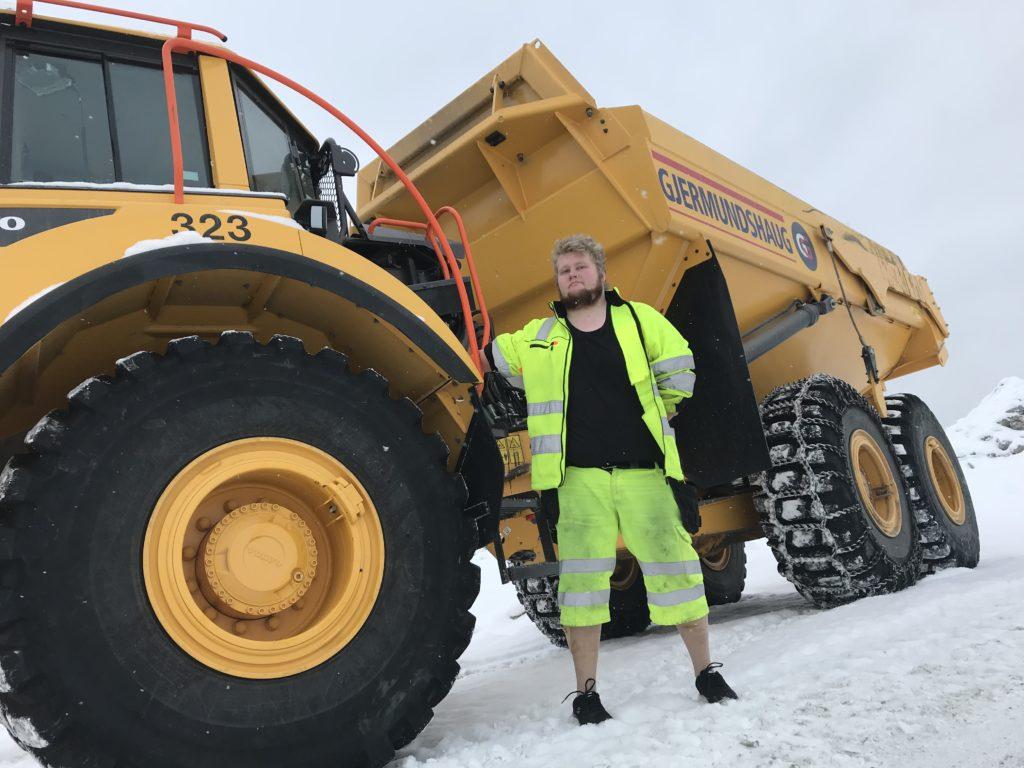 Ole-Christian Liljedahl foran arbeidsverktøyet sitt - en 25 tonn tung dumper.