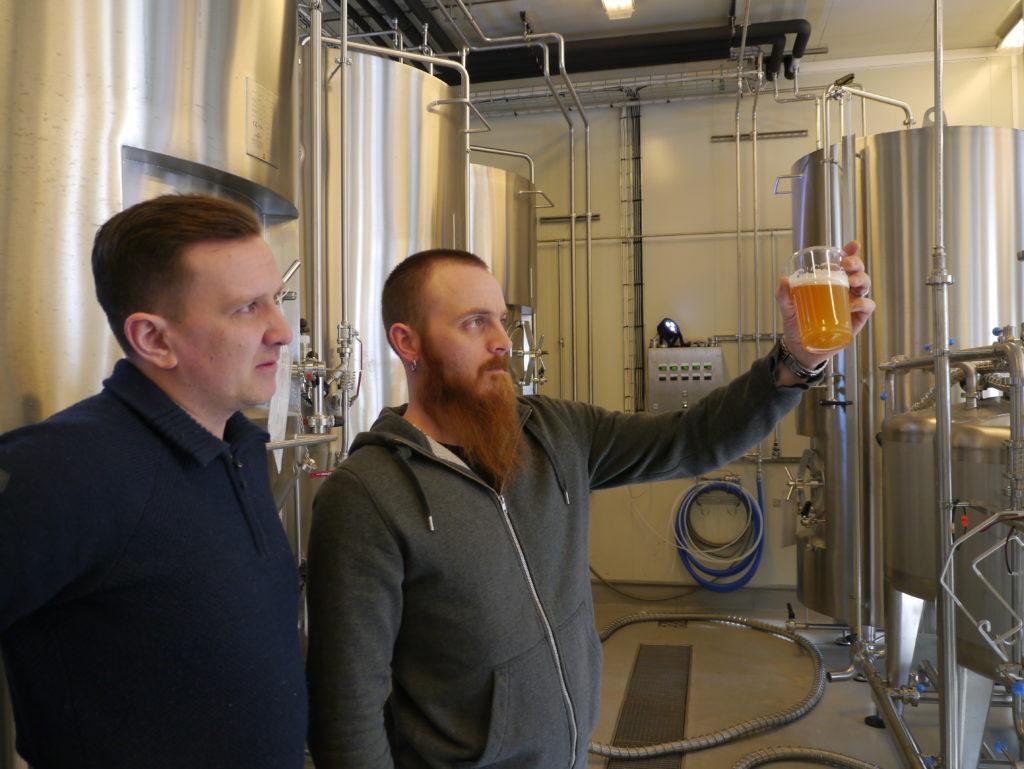 SNART KLART: Stig Myran (t.h.) har fått ansvaret for å passe på øltankene i Stjørdalsbryggeriet. Nå får han opplæring i smak og utseende.