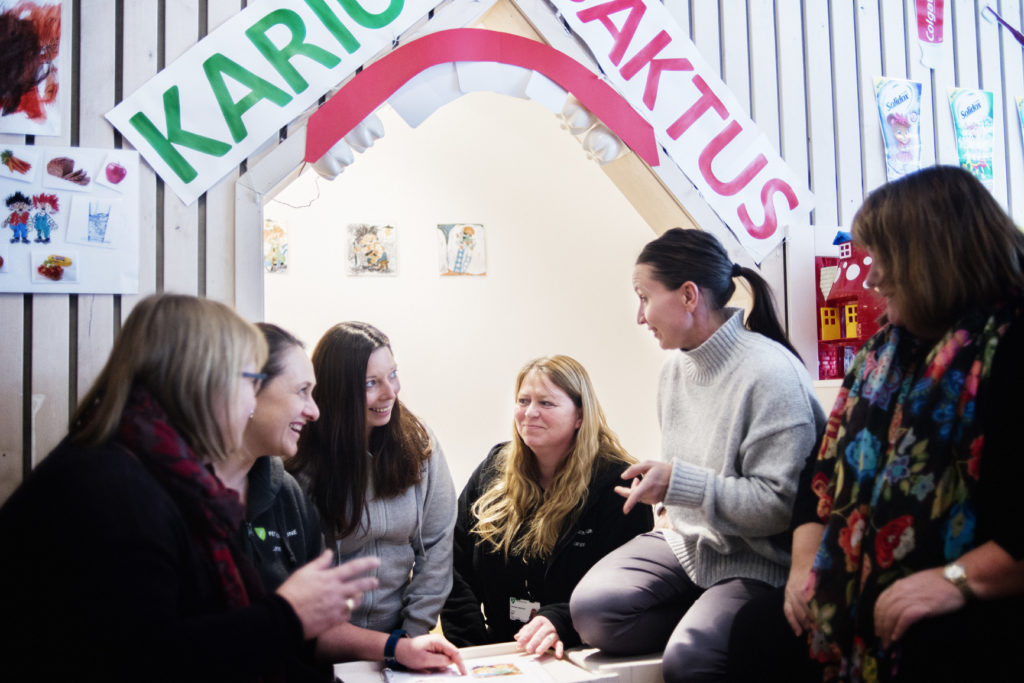 GOD STEMNING: I Tienbråten barnehage heier de på hverandre. Fra venstre ser vi nestleder Anita Eriksen, barnehagelærer Lene Skjønhaug, Susann Kjelberget, verneombud, Torunn Aabel, tillitsvalgt og enhetsleder Veera Nygaard. Helt til høyre ser vi IA-rådgiver Aud Kristin Brevig.