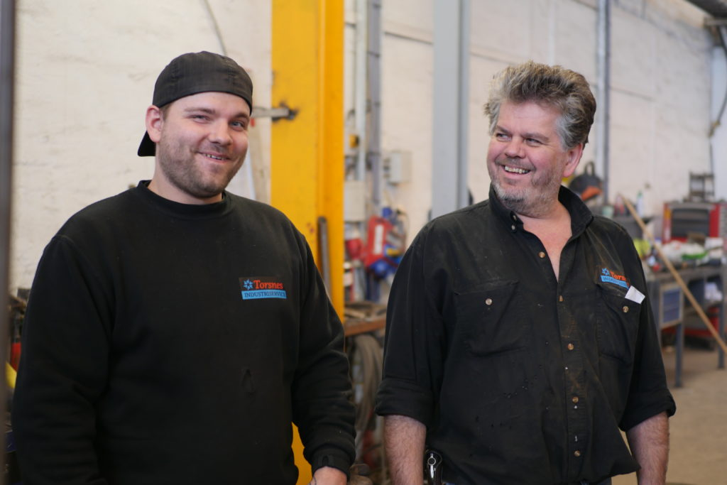 GOD KJEMI: Frank Arnesen, til venstre, har fått fast jobb som sveiser i verkstedet til Ronny Fagerås i Torsnes industrier.