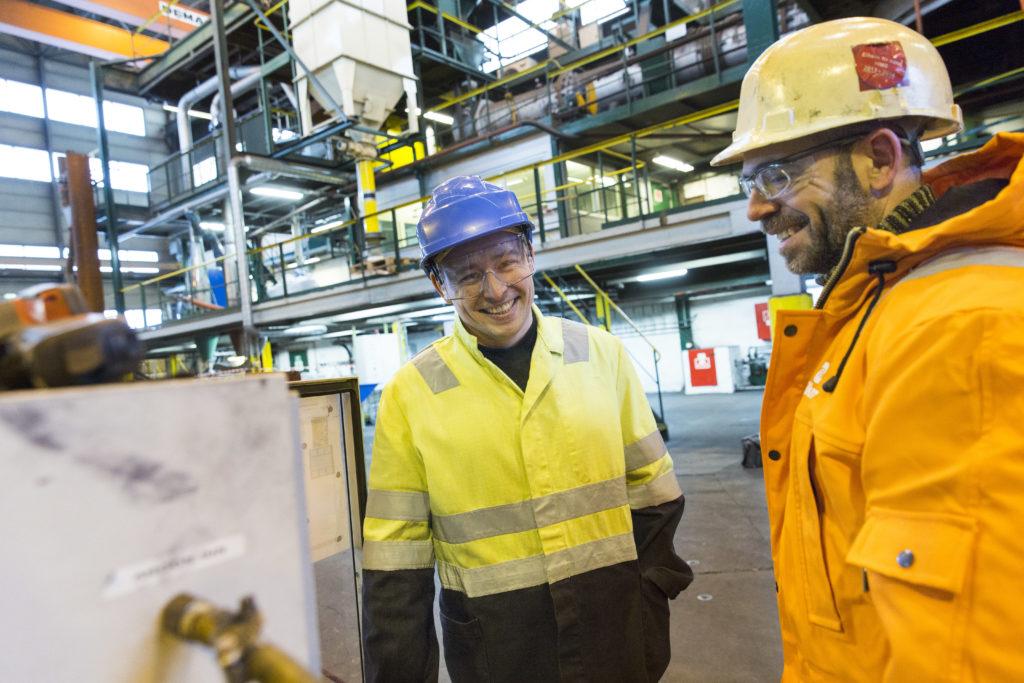 GRÜNDER: Simon Loginov er gründer mens han mottar dagpenger. Han kan ha funnet en løsning som kan erstatte forurensende koks og kull i industriproduksjon. Her gjennomfører han andre testdag hos forskningspartneren Elkem, i Kristiansand.