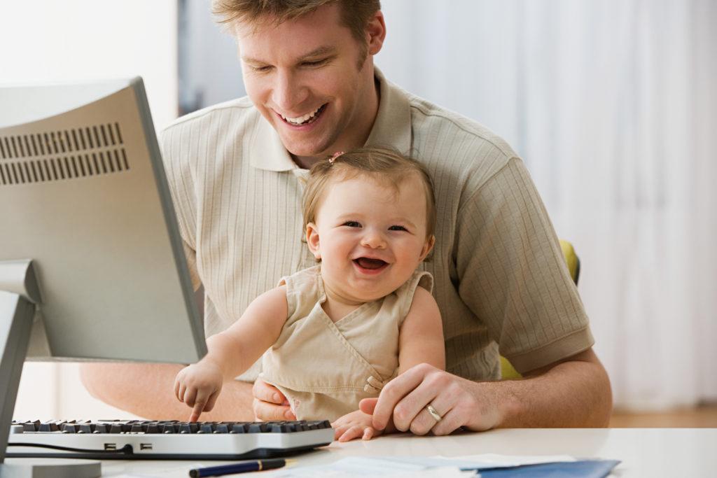 FOR FORELDRE: Digitale søknader, automatisk saksbehandling og nett-planlegging av foreldrepengeperioden er blant det NAV skal tilby foreldre i løpet av 2018.