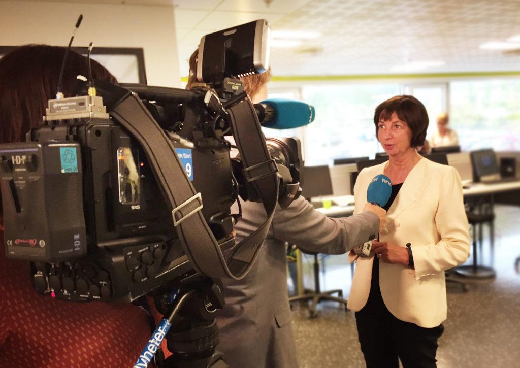 Arbeids- og velferdsdirektør Sigrun Vågeng under et intervju med NRK.