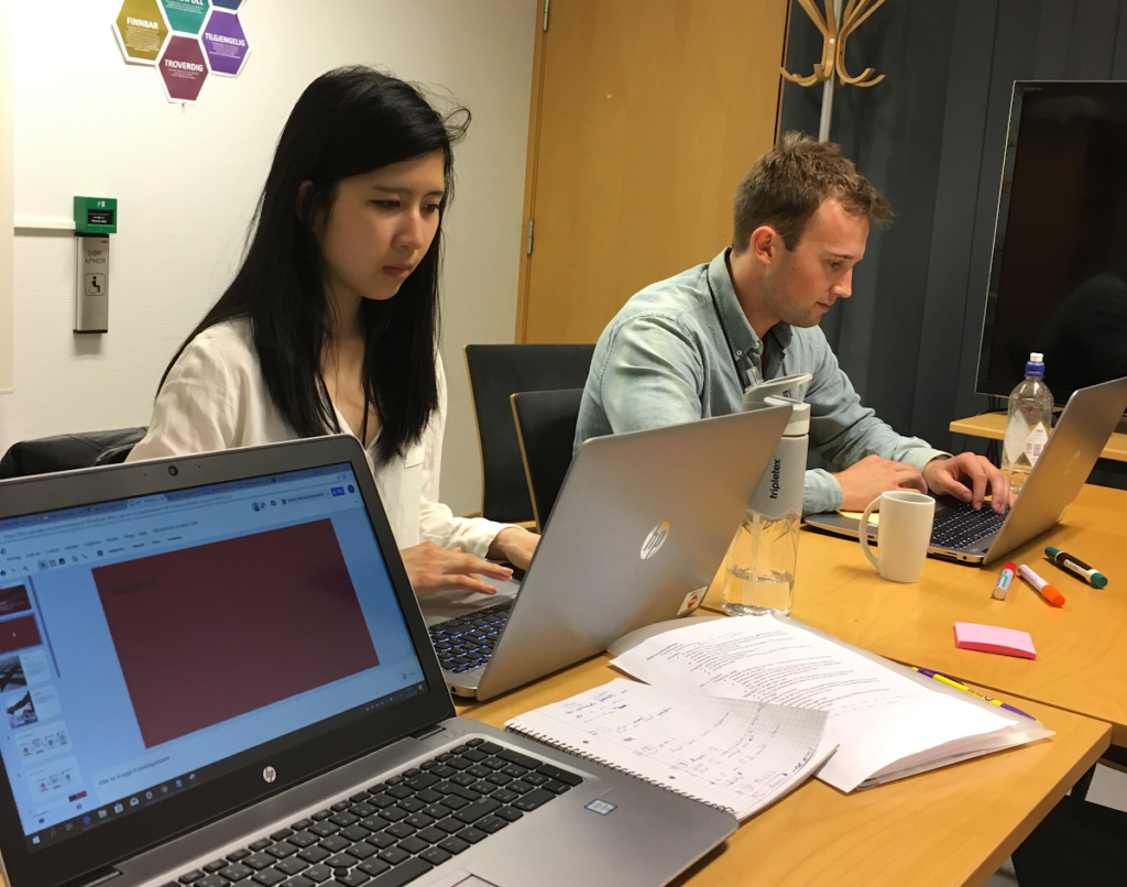 SOMMERJOBB: An Thi Nguyen (23) og Tørres Lande (24) har brukt sommeren på å utvikle en chatbot til bruk på NAVs intranett.