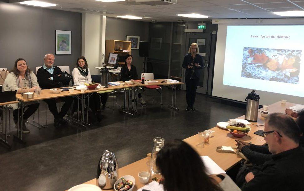 DIALOG: NAV Moss inviterte til dialogmøte med brukerne. Her ser vi arbeidsgivere, og NAV leder Kari-Mette Mjønner med mikrofon i midten av bildet.