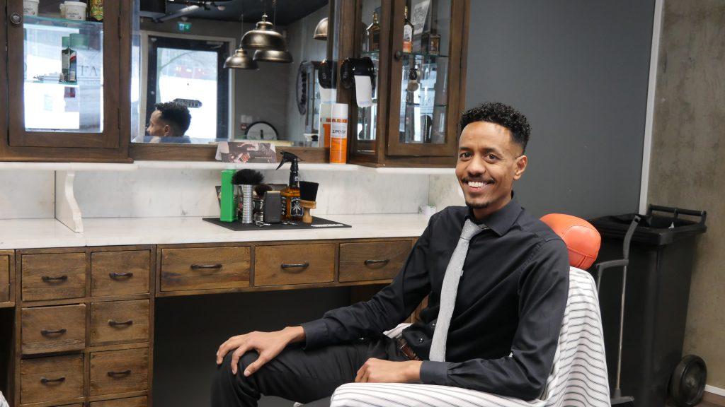 ELSKER Å JOBBE: Etter fire år i Norge fikk Semir Nasir Muhamed drømmejobben som frisør på Grønland i Oslo.