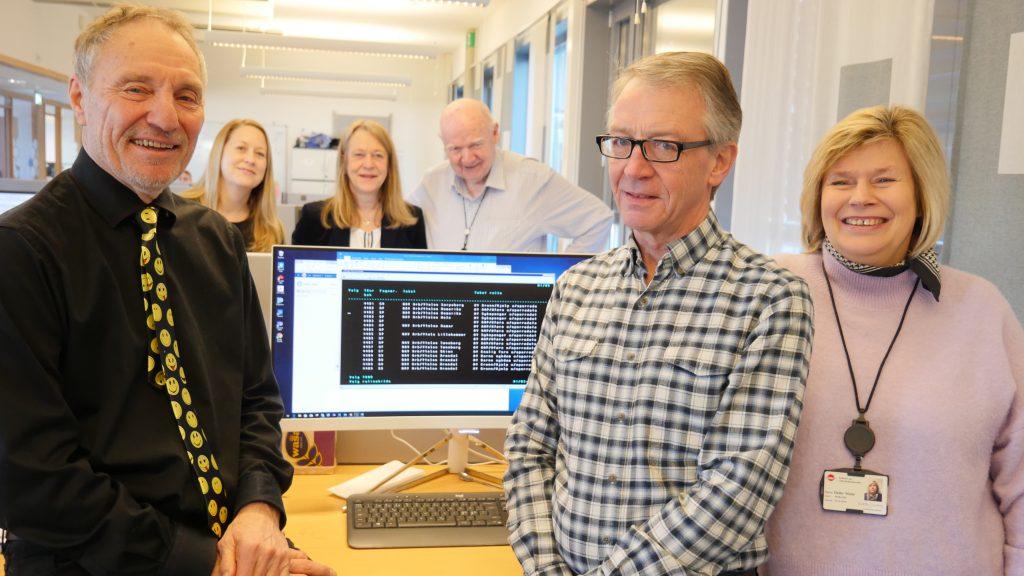 VÅRT EGET: I 2018 overtok NAV alt ansvar for drift og vedlikehold av bidragssystemet Bisys og tungvekteren Infotrygd, som vi ser på skjermen. Det har gått smertefritt. Her ser vi (fra venstre) Bjarne Fredriksen, teknisk ansvarlig for Infotrygd, Anne Strømmen, teamleder Team Infotrygd, Catherine Janson, leder for Design og utvikling i NAV IT, , Svein Walla, funksjonell rådgiver for Infotrygd , John Langfeldt Andersen fra Team pålitelig forvaltning og teamleder for Team Bidrag, Mette Dalby.