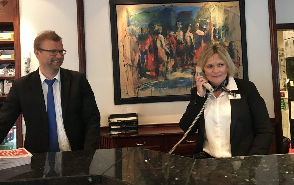 EN RESSURS: – Det er en styrke å ha Siren i resepsjonen, sier Raymond Kirknes, administrerende direktør i Hotell Norge