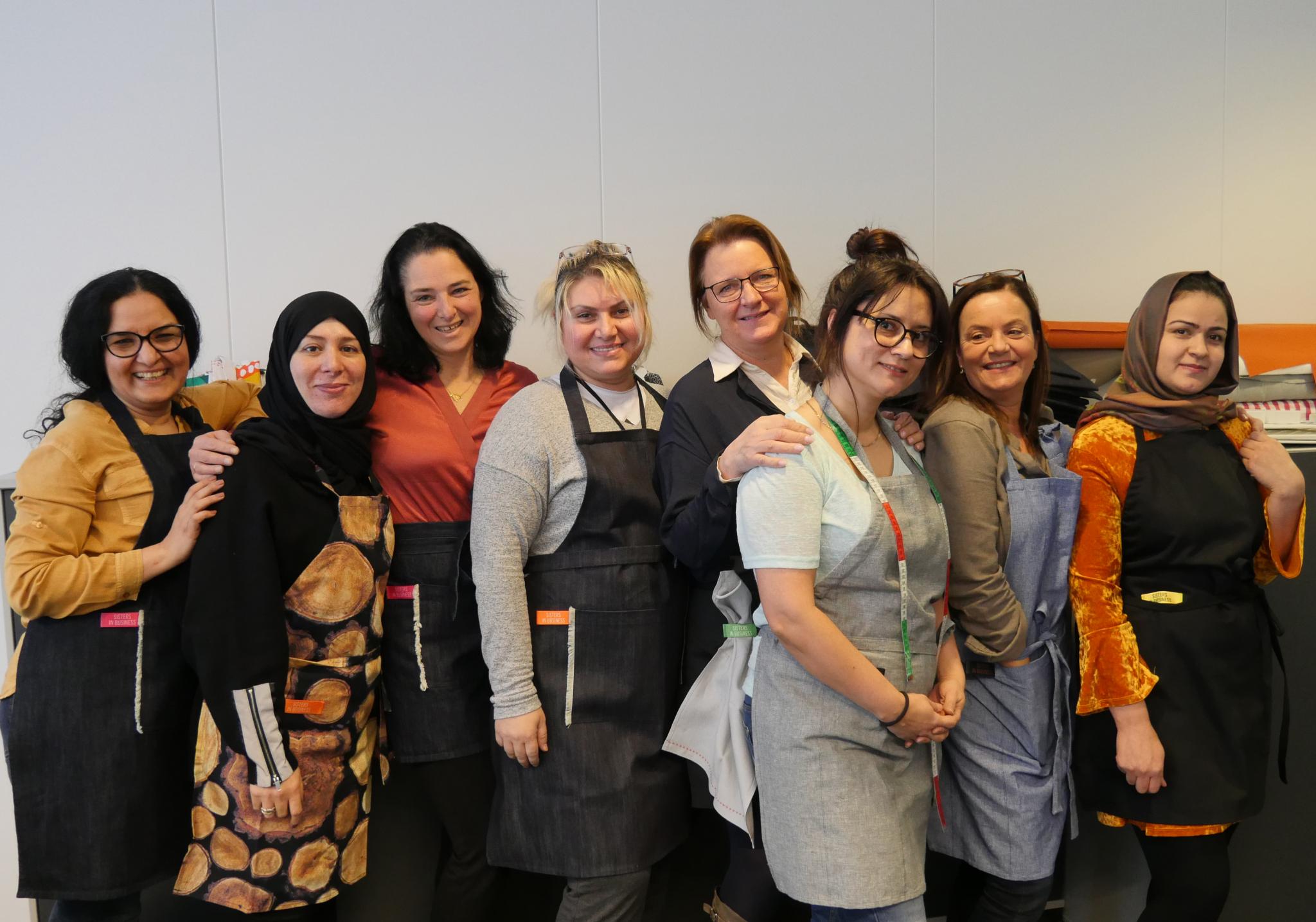 GLADE DAMER: Sisters in Business, her ved (fra venstre) Hamida Khoshbin, Sandra Tollefsen, Mansoureh Firouz Rousta, Katrine Aspelin, Zeynep Gunyol Guler, Eli Capoferro, Fatima Melala og Farzaneh Aghalo.