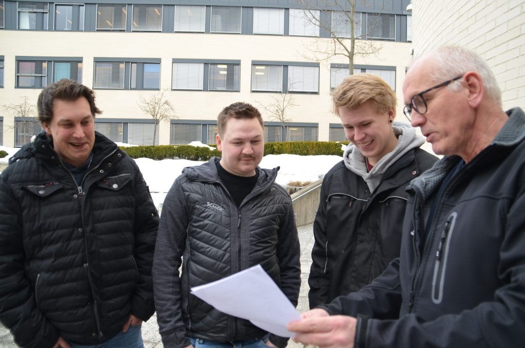VIL HØRE MER: Stange-ungdommene Stephan Christiansen (29), Tor Kristian Museth (25) og Kevin Brubakken (18) fikk snakke med regiondirektør Guttorm Tysnes i Norges Lastebileier-Forbund. Ungdommene syntes det var en lærerik dag.