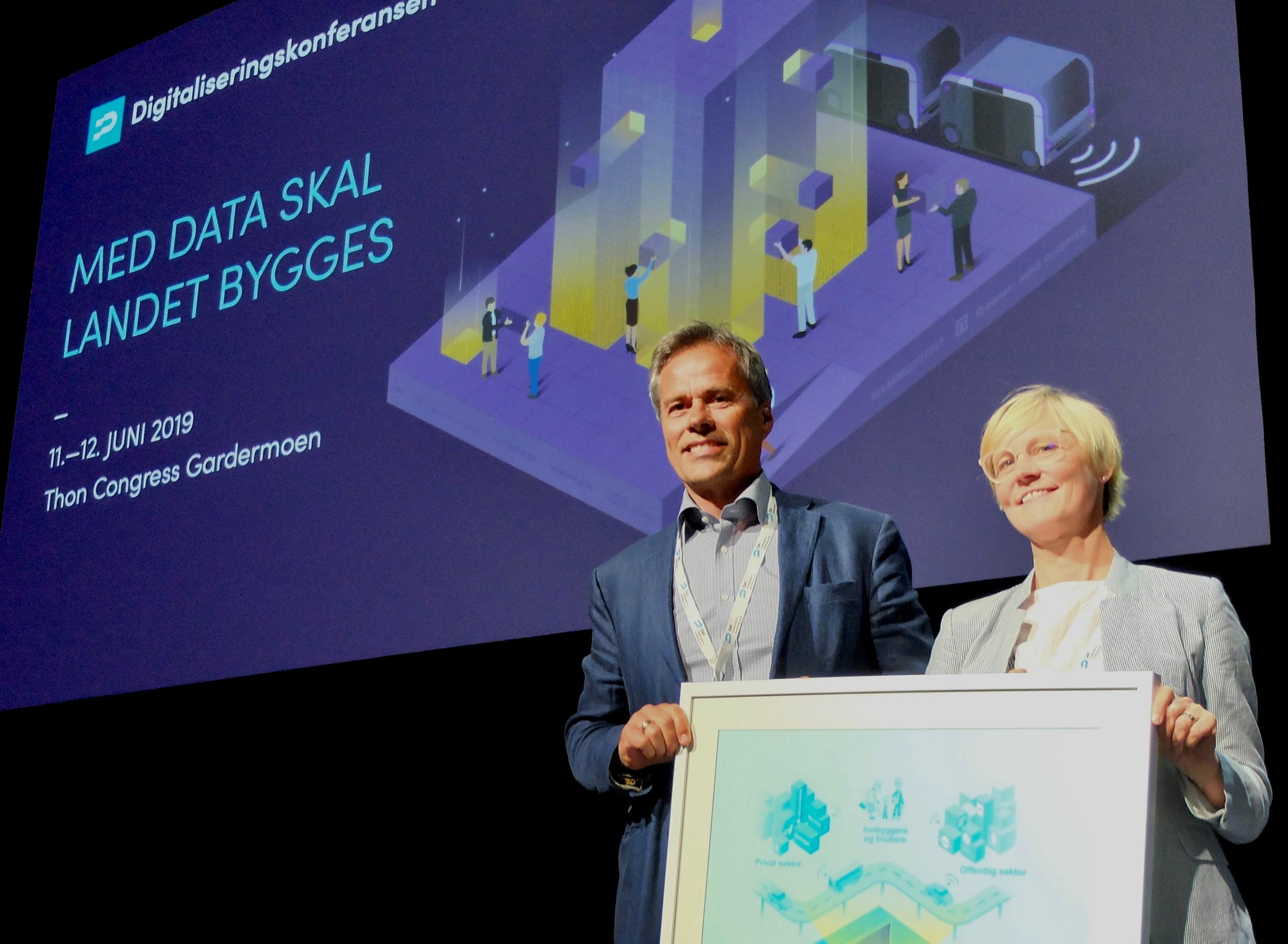 VANT GJEV PRIS: Tirsdag 11. juni ble Foreldrepengeprosjektet i NAV kåret til vinner av Digitaliseringsprisen 2019. Prosjektleder Karin Bøhlerengen (t.h.) mottok prisen sammen med Ola Furu.