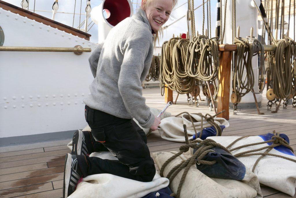 Ella Møien i aksjon på skipet Christian Radich