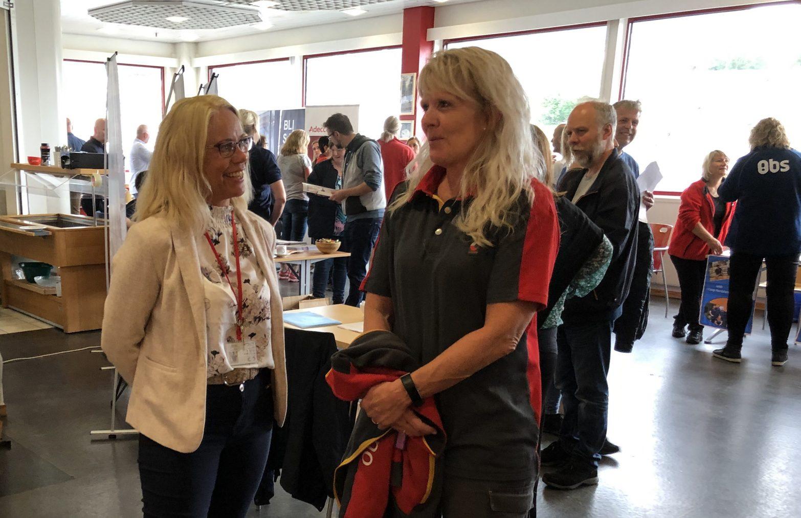 PÅ JOBBMESSE: Posten-ansatte Inger Lise Haldorsen (t.h.) håper å finne seg en ny jobb. Her sammen med HR-fagsjef i Posten, Heidi Fredriksen (t.v.).