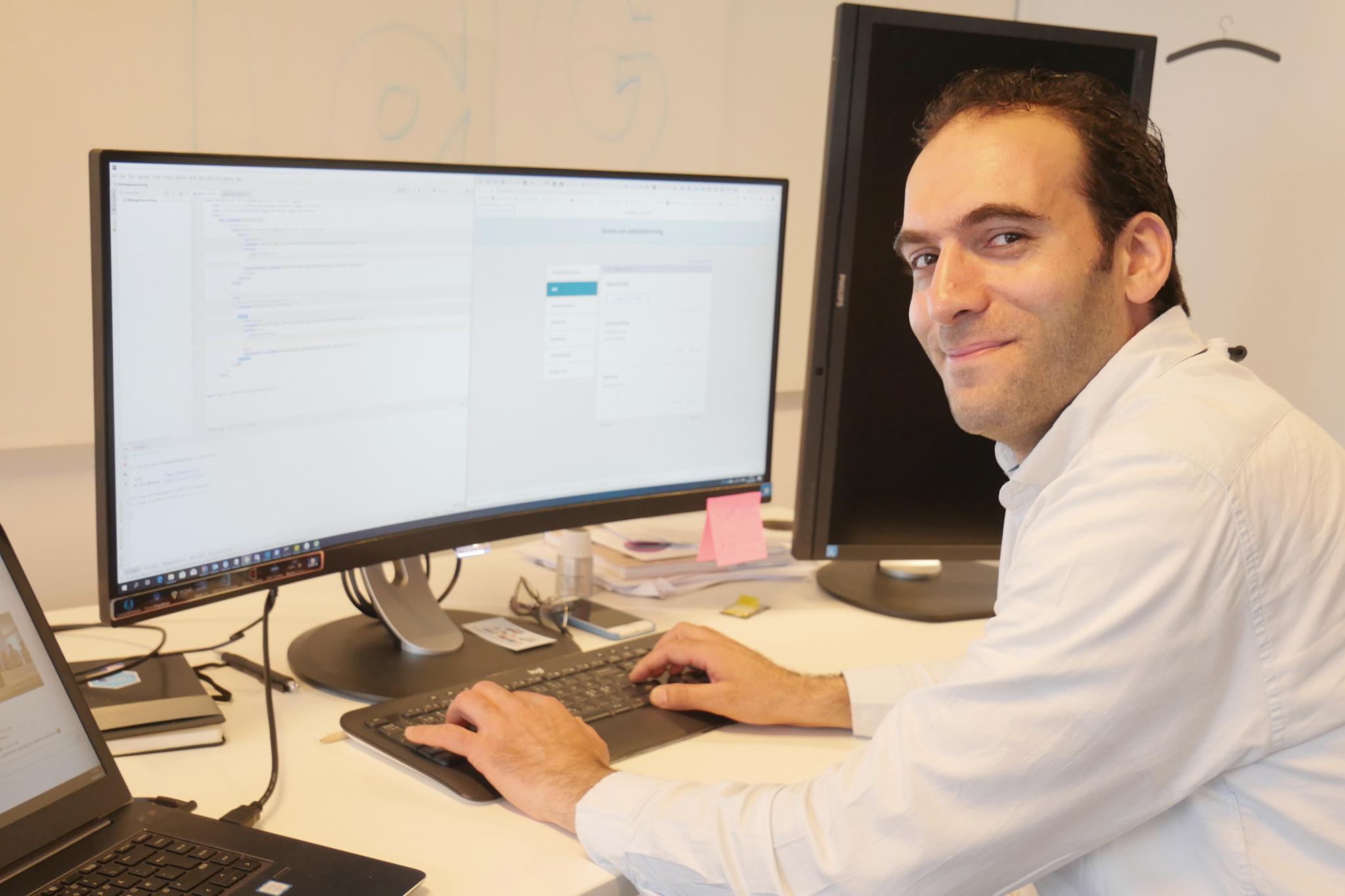 EN JOBB SOM PASSER: Dataingeniøren Malaz Alkoj fra Syria jobber med utvikling av digitale søknader om NAV-tiltak, blant annet lønnstilskudd, som han selv mottar.