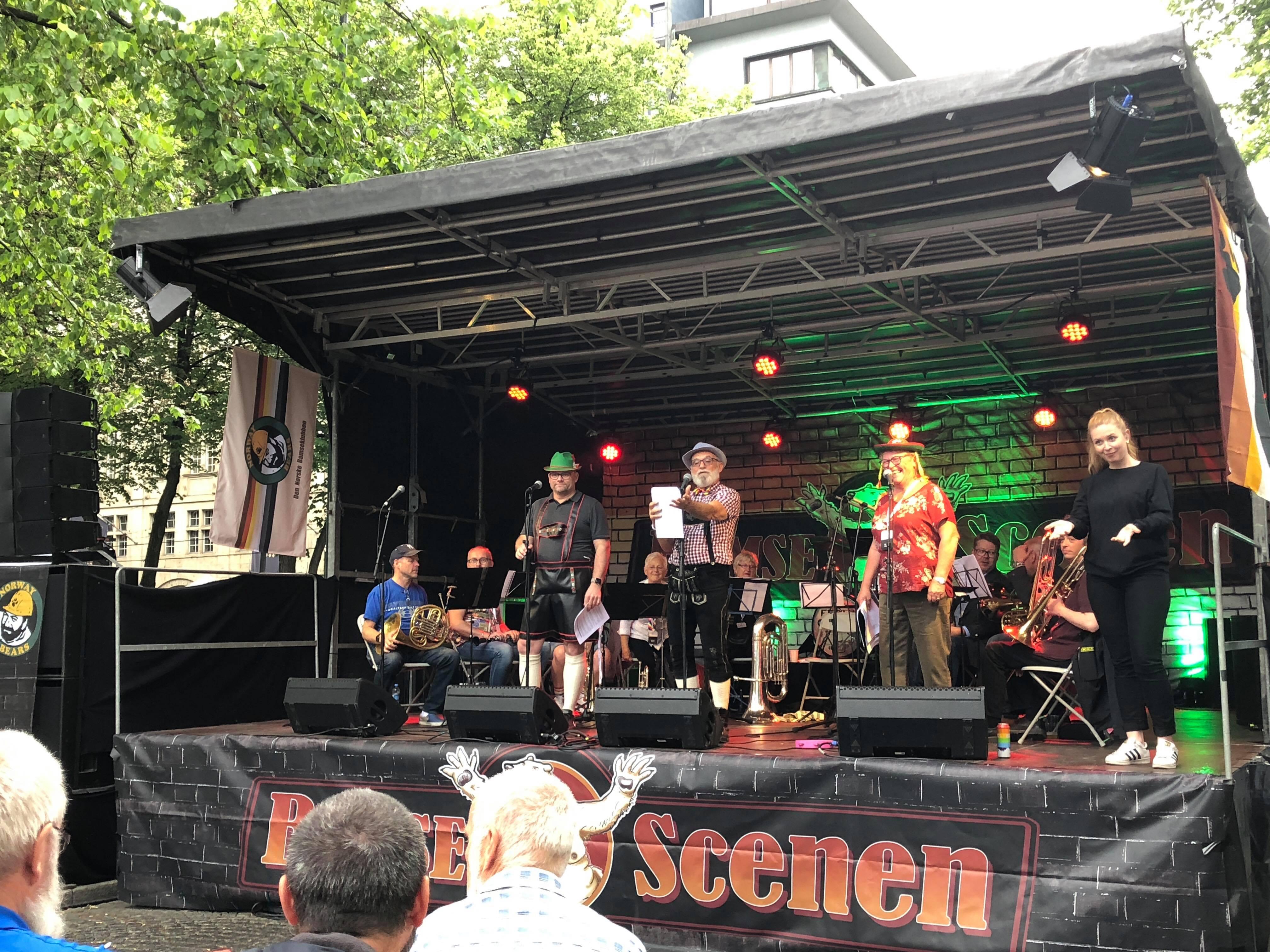 """TOLK UNDER OSLO PRIDE: Tolk (t.h.) på jobb for NAV under arrangementet """"OktoBearFest og Allsang"""" på Oslo Pride. FOTO:  Ingvild Wilson Skjong"""