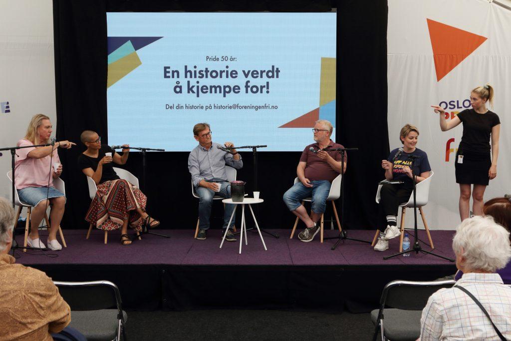"""Sittuasjonsbilde - tolk som tolker foredraget """"en historie verdt å kjempe for!"""" på Pride House under Oslo Pride."""