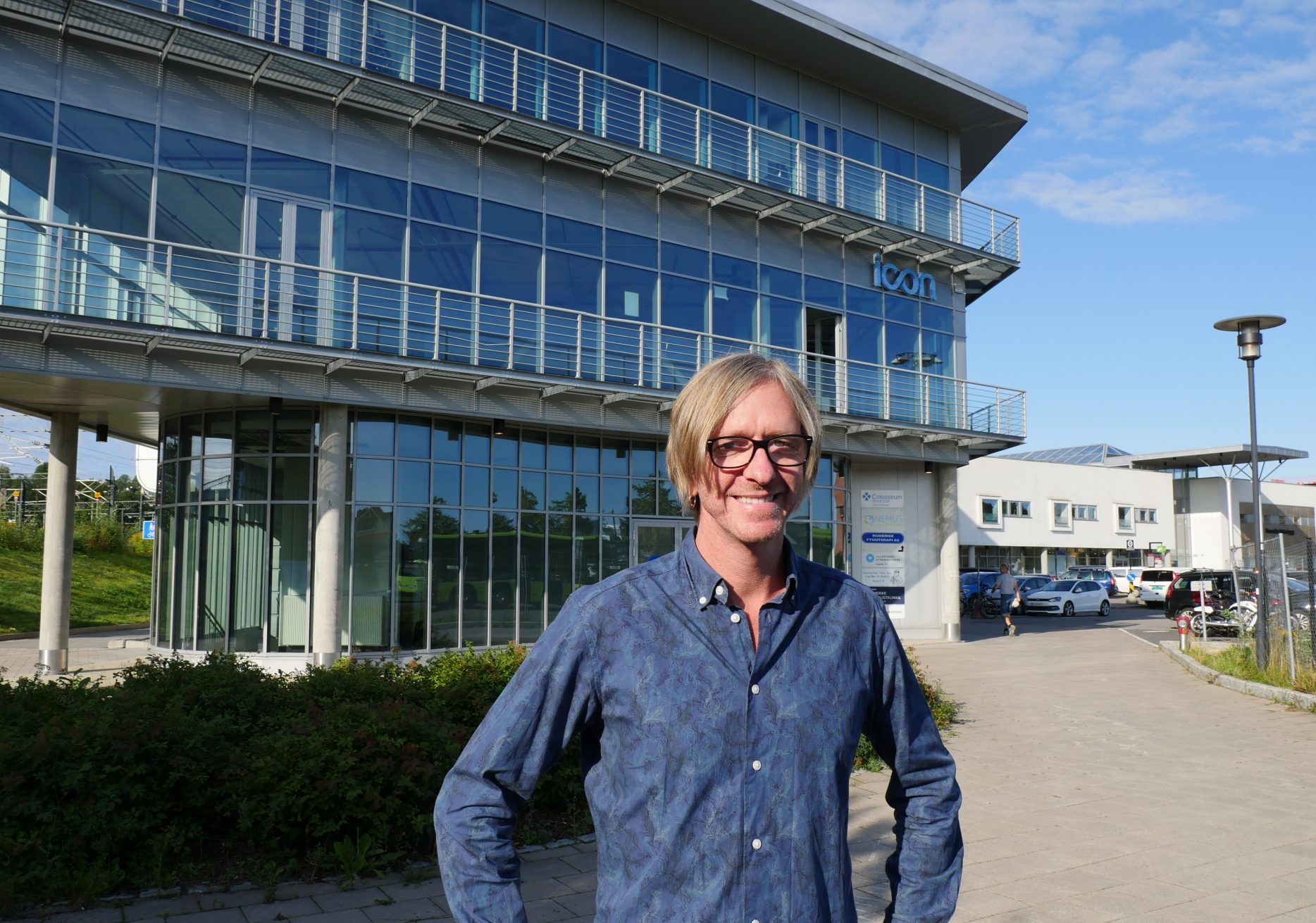 NYTT NAV-KONTOR: Ved nyttår blir Daniel Berg-Hansen leder for NAV Lillestrøm. Huset bak ham skal bygges om og etter hvert få plass til 200 medarbeidere.   Foto: Ida F. Ringnes