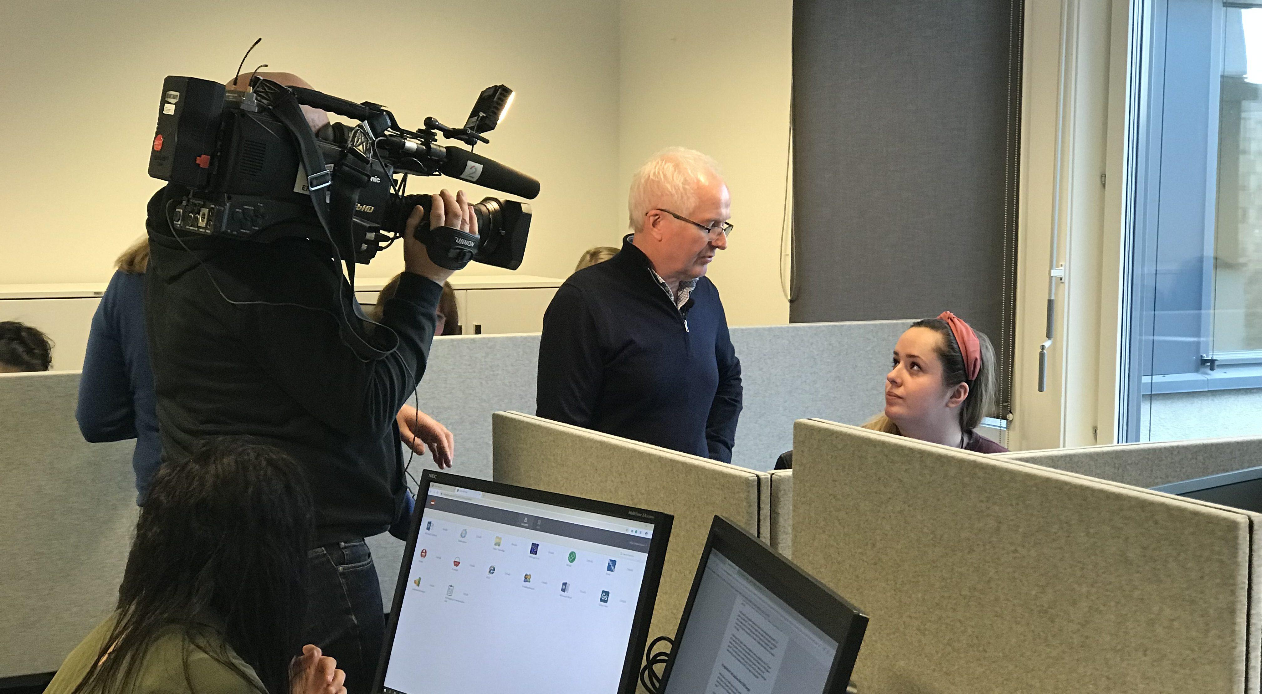 INNSATSTEAMET: Magne Fladby og innsatsteamet hans hadde besøk av pressen torsdag. Her er Magne sammen med en kollega fra NAV Oppfølging Utland.