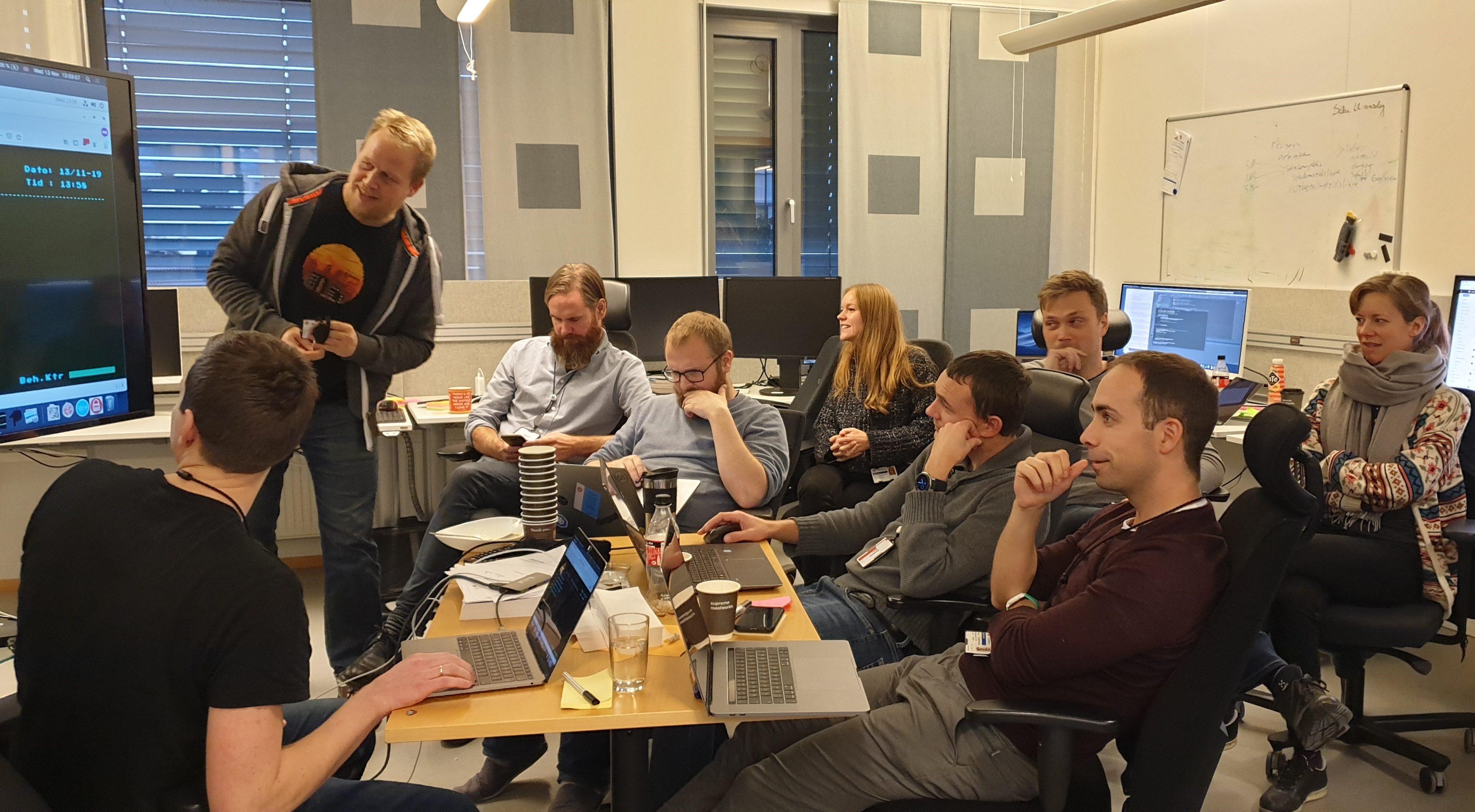 SPENTE: Utviklerne og designeren gjør siste test før den aller første saken blir sendt til utbetaling. Saksbehandlingssystemet Infotrygd på skjermen til venstre.