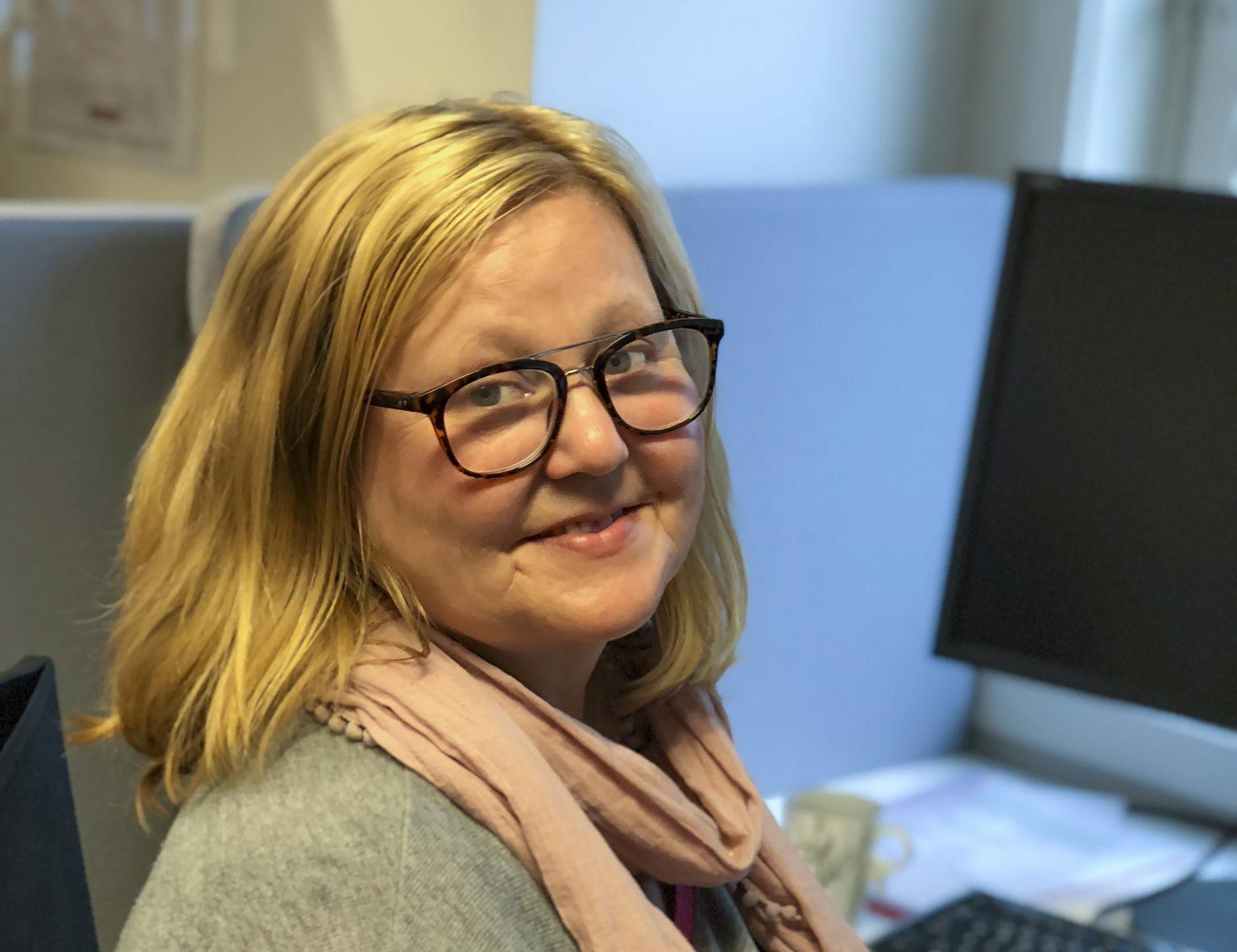 DELER AV SIN ERFARING: En av oppgavene til erfaringskonsulent ved NAV Hadeland, Nina Kristin Skåningsrud, er å motivere NAV-brukere med dårlig selvfølelse til å våge seg i jobb.