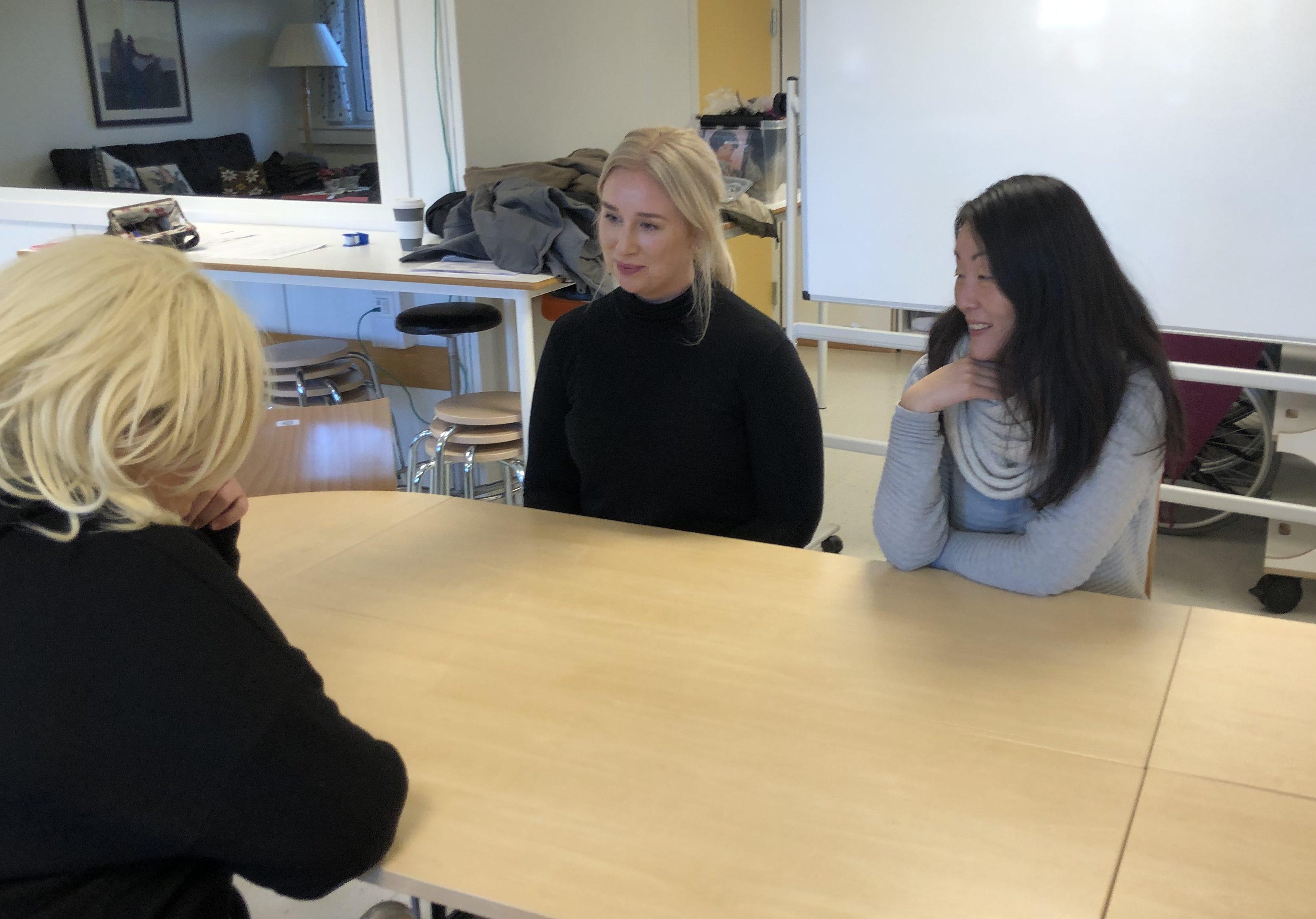 ØVELSE GJØR MESTER: Tina Karlsen (i midten) og Andrea Elisabeth Johansen (til høyre) er blant veilederne ved NAV Fredrikstad som øver seg på samtaleteknikk.