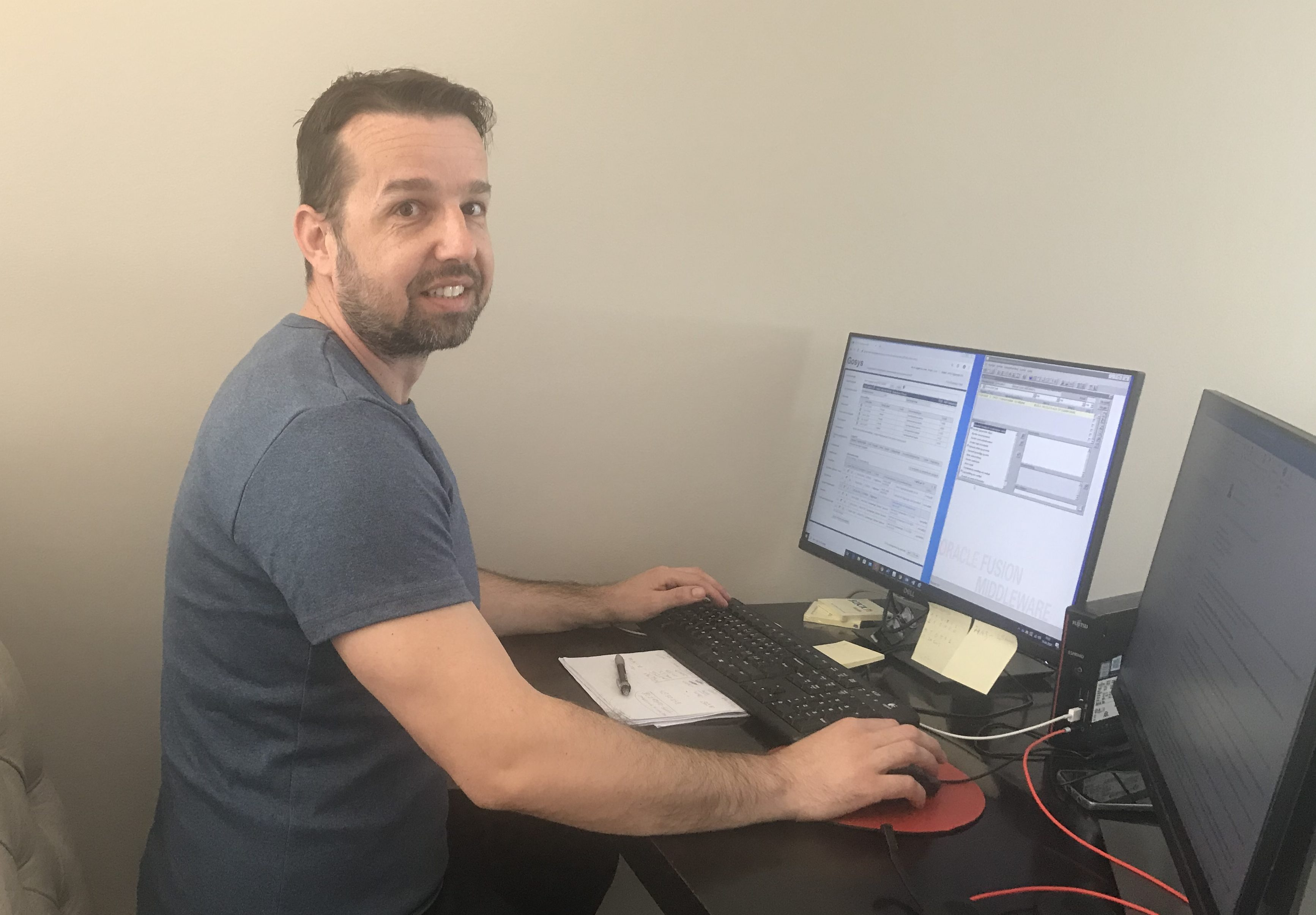 STÅR PÅ: Arman Curic er ansatt i NAV Arbeid og ytelser, der de blant annet behandler dagpengesøknader. I likhet med de fleste andre kollegene sine jobber han hjemmefra. (Foto: Privat)