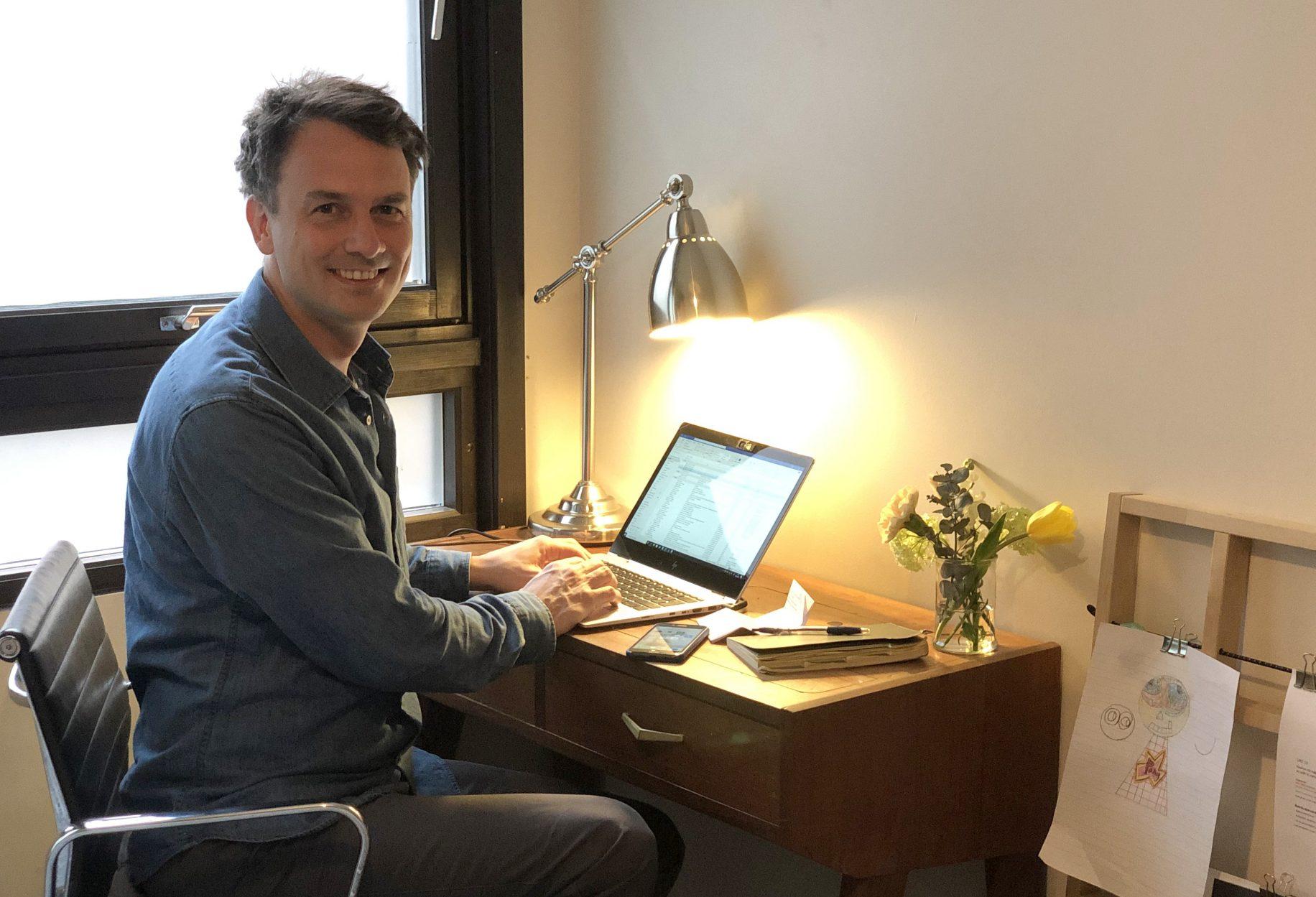 I likhet med de fleste andre NAV-ansatte, jobber også Jonas Slørdahl Skjærpe hjemmefra. –Selv om det kan komme flere humper i veien, er jeg stolt av alt vi har fått til på kort tid, sier IT-direktøren. (Foto: Privat)