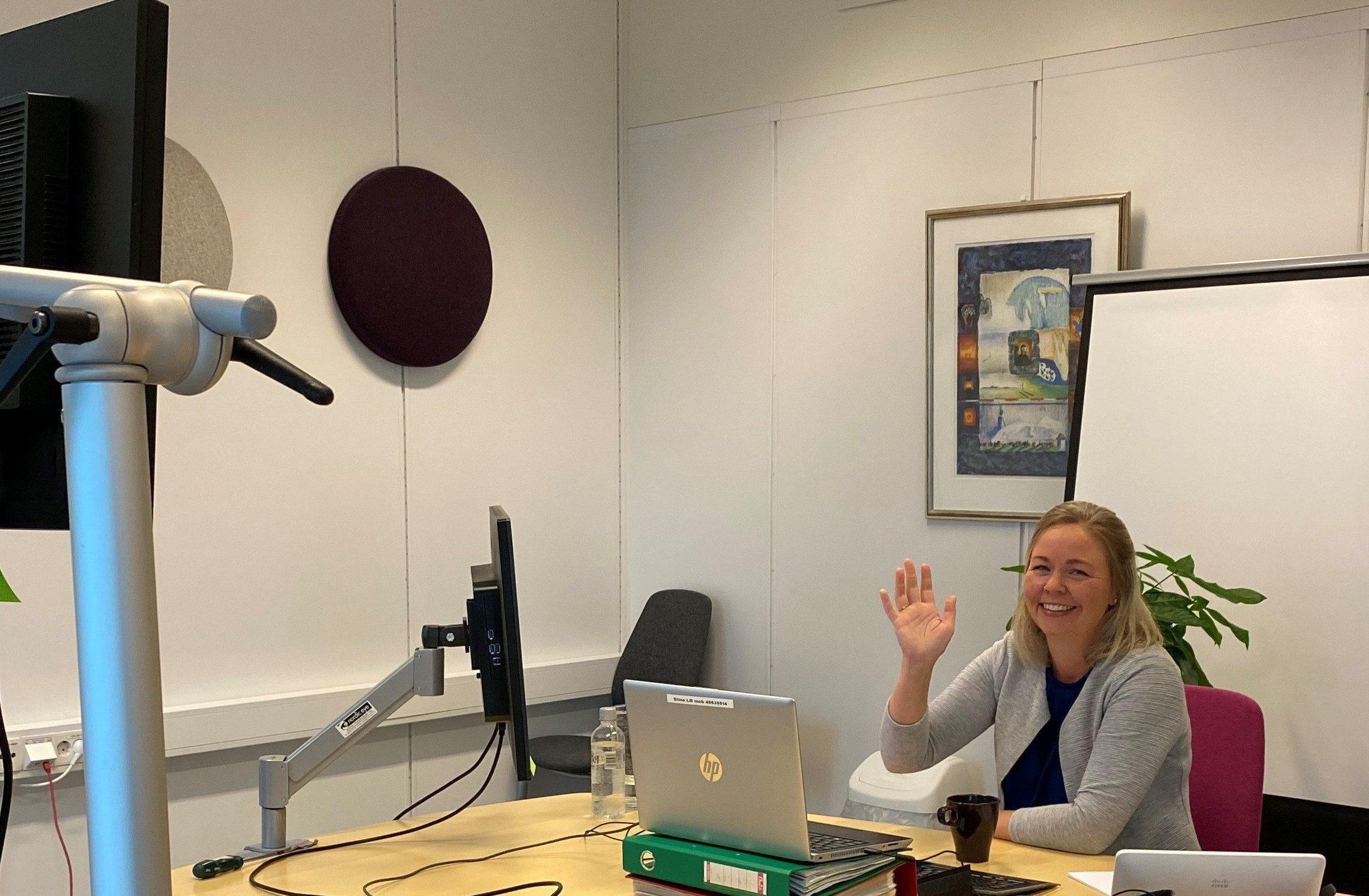 TESTER TEKNOLOGIEN: Stine Larsson Busch tester hvordan teknologien fungerer, slik at alt er i orden til arrangementsdagen.