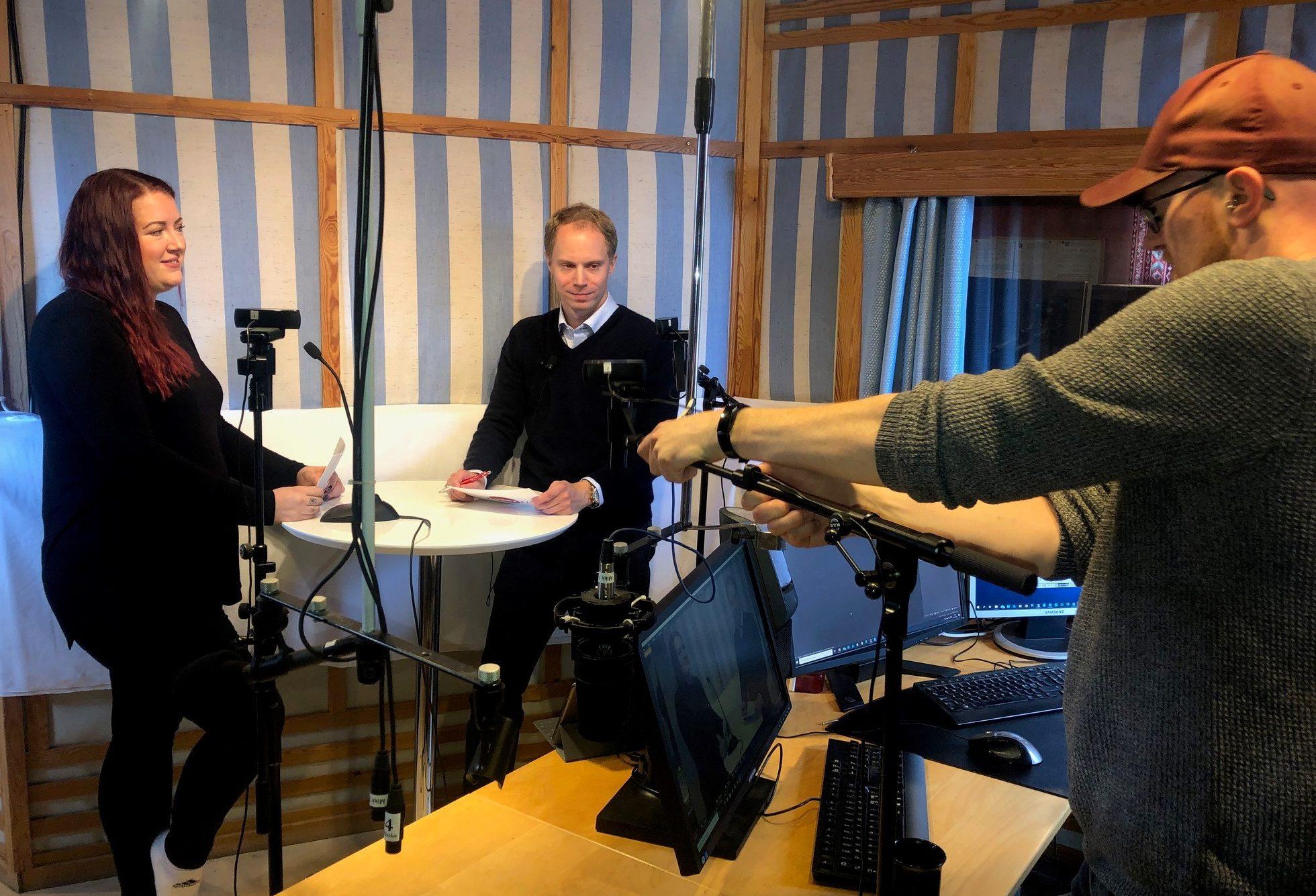PODKAST OM ØKONOMI: NAV-leder Ørjan Gangnes (i midten) og veileder Cathrine Solheim Goss fra NAV Østre Toten får hjelp av Radio Toten-programleder Alexander Bryntesen med å spille inn podkasten ØkonomiNAVigasjon.