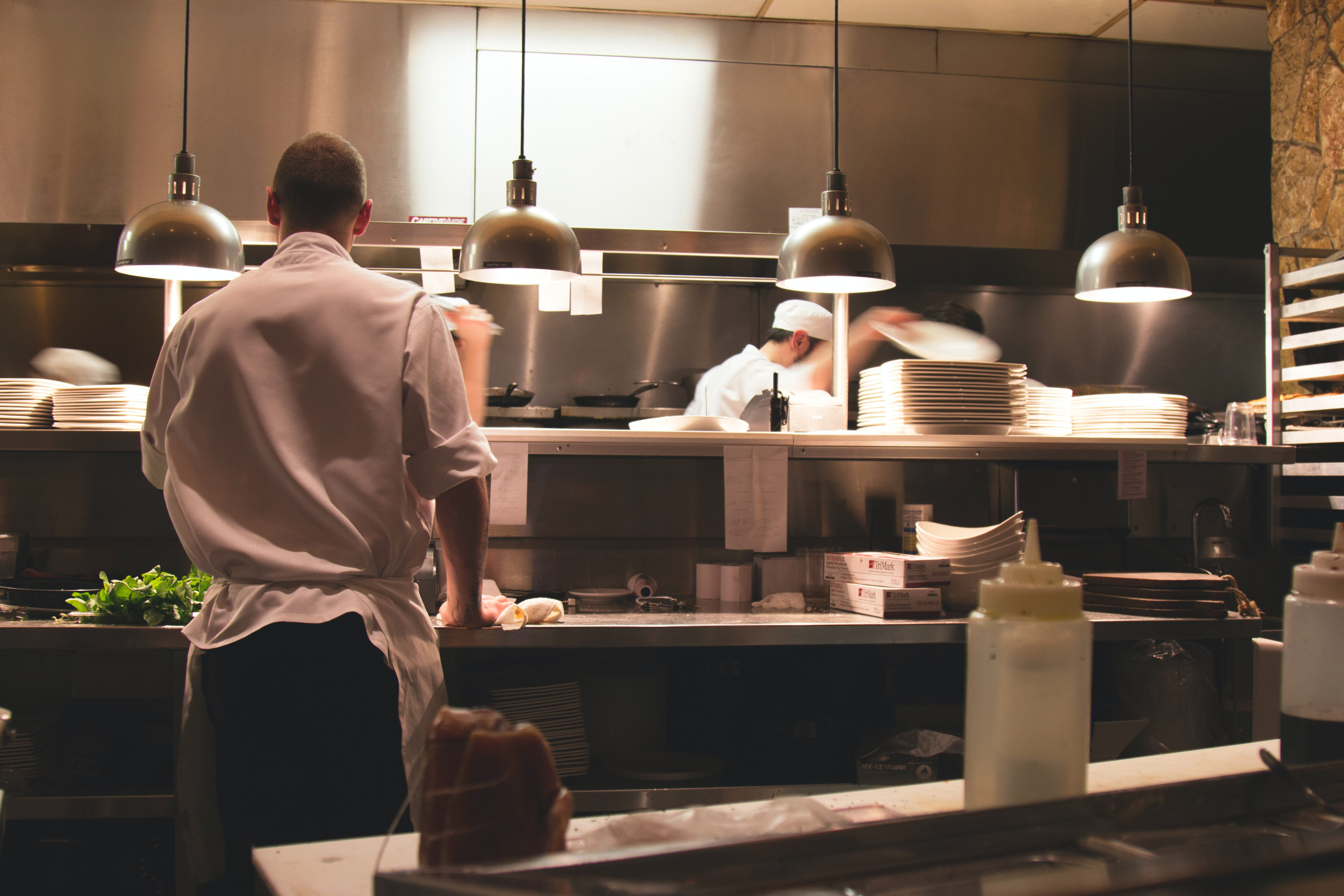 Etter en jevn nedgang etter april i år, øker antall permitterte nå innen serveringsnæringen. Foto: Michael Browning/Unsplash