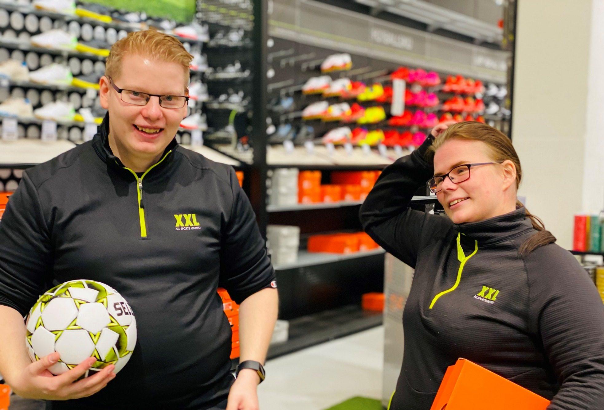 FIKK JOBB: Mikael Pedersen og Simone Nerberg Hansen har begge fått jobb på XXL i Arendal. Det er de veldig fornøyde med.