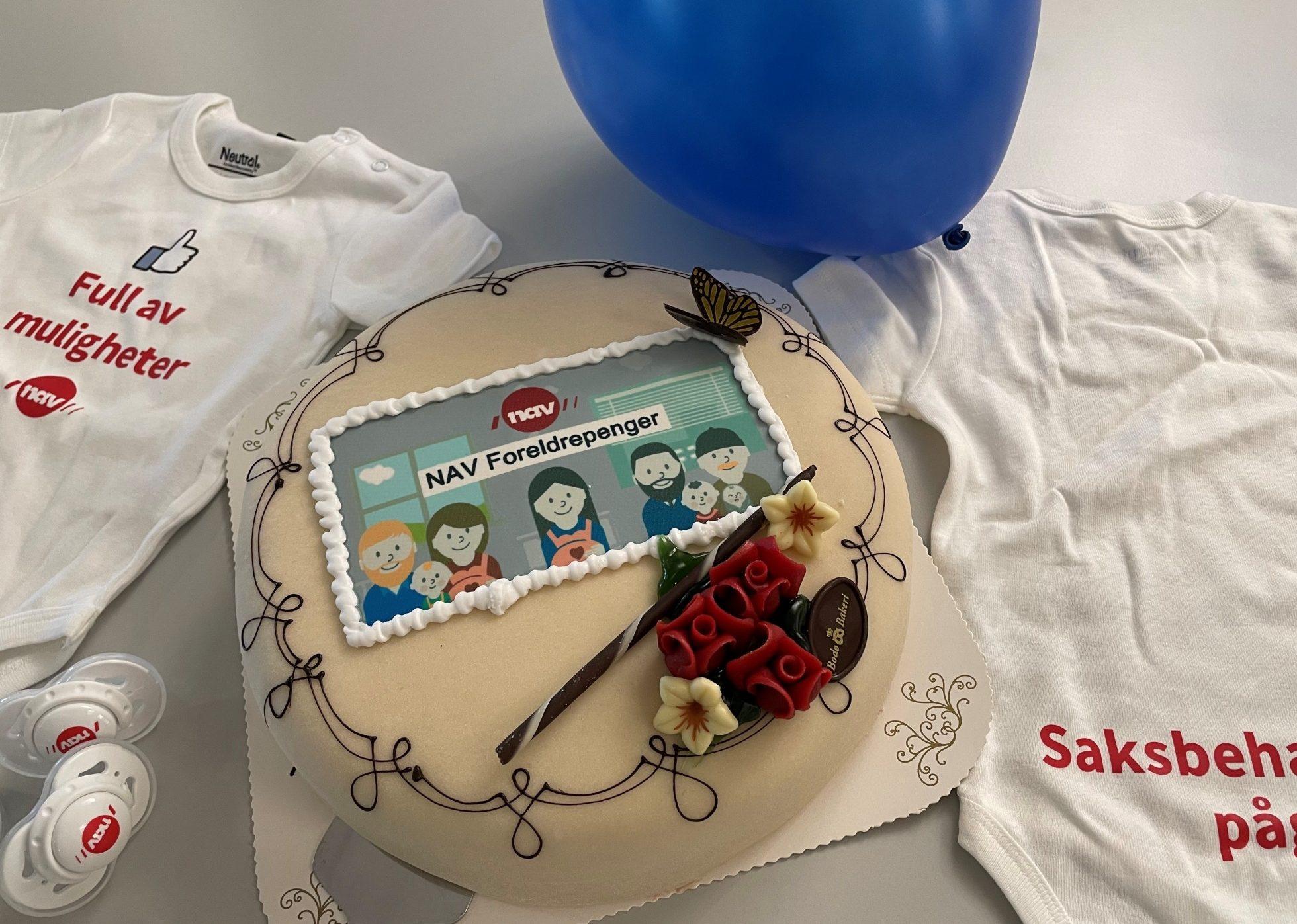 JUBILANT: NAV Foreldrepenger på Facebook fylte 10 år 5. september, og det ble markert med kake. (Foto: Tommy Vindenes)
